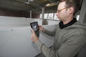Raban Luhmer demonstriert die Dokumentation eines Risses mit einem mobilen Endgerät auf der Baustelle. Das funktioniert übrigens auch offline problemlos – was in Deutschland wegen der schlechten Netzabdeckung eine wichtige Funktion ist. Sobald das mobile Endgerät wieder Empfang hat, werden in der Zwischenzeit gemachte Änderungen automatisch synchronisiert