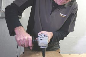"""Die Fräser und Schleifer des """"Precision Carving Systems"""" lassen sich leicht auf einem handelsüblichen Winkelschleifer montieren"""