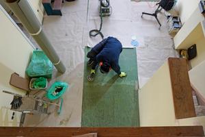 Mit Linoleumresten aus dem Eingangsbereich wurden Flächen ergänzt