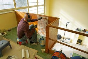 Für die Reinigung des Linoleums und der hölzernen Brüstung haben die Restauratoren sehr fein abgestimmte Lösemittelgemische, Emulsionen und Reinigungsschäume entwickelt<br />