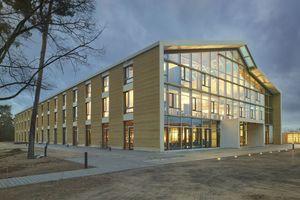 Der Neubau der Unternehmenszentrale auf dem Alnatura-Campus in Darmstadt entstand nach Plänen des Büros haas cook zemmrich aus kerngedämmten Stampflehmelementen<br />