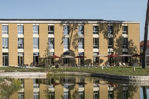 Der Neubau der Unternehmenszentrale auf dem Alnatura-Campus in Darmstadt zeigt mit seiner frei bewitterten Stampflehmfassade schon von weitem an, dass es sich hier um ein nach ökologischen und baubiologischen Gesichtspunkten errichtetes Gebäude handelt<br />
