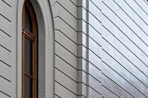 Die Fassade des Erweiterungsbaus ist nicht aus Stein, sondern aus Holz