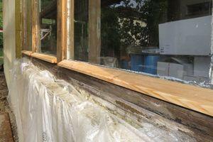 Die Tischler setzten die Fenster instand und ergänzten fehlende Flügel baugleich zum Bestand