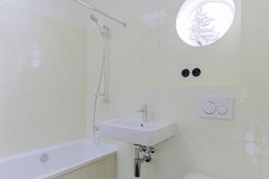 Rechts: Das Bad wurde im Wesentlichen neu hergestellt. Ein neues Oberlicht in der Dachfläche verbessert die natürliche Belichtung und Belüftung