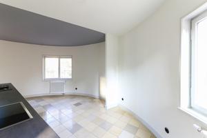 Die schräg verlaufende Trennwand zwischen Küche und Essplatz wurde im runden Vorbau anders als im ursprünglichen Zustand zugunsten einer großen Wohnküche weiter geöffnet<br />Fotos: Florian Höll / Müller-Stüler und Höll