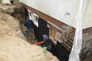 Das freigelegte Keller- und Fundamentmauerwerk musste vertikal neu abgedichtet werden