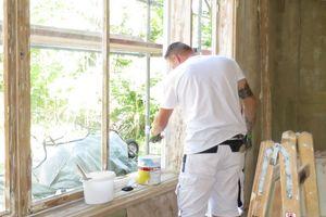 Links: Die aufgearbeiteten Holzfenster wurden außen nach Farbbefund in einem warmen Gelbton und innen weiß lackiert