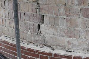Rechts: Große Risse im Außenmauerwerk am Küchenvorbau deuteten auf Schäden in der Gründung hin