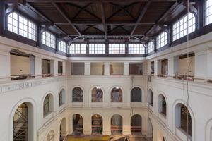 Das denkmalgeschützte Lichthofdach wurde kartiert, nummeriert und anschließend für den späteren Wiedereinbau in Einzelteilen demontiert und eingelagert