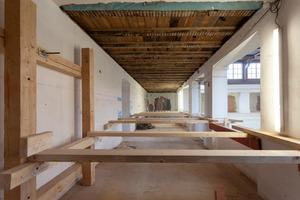 Die Umgänge des Dommuseums wurden während der Sanierungsarbeiten zusätzlich mit Balken ausgesteift
