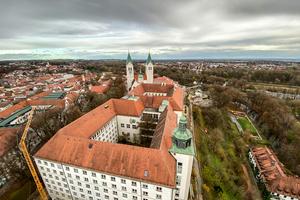 Die Sanierung der auf dem Domberg Freising beheimateten Gebäude umfasst insgesamt 30 Einzelprojekte. Dazu gehören unter anderem das Diözesanmuseum, das ehemalige Domgymnasium sowie das Kardinal-Döpfner-Haus