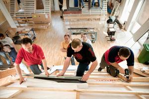 In praktischen Montage-Seminaren von Velux können sich Mitarbeiter und Mitarbeiterinnen von Dachhandwerksbetrieben die Produkte des Dachfensterherstellers und Einbautechniken umfassend kennenlernen<br />