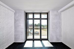 """Die Wandoberflächen hat Bauherr und Bauunternehmer Torsten Klipp mit einem von ihm selbst kreierten """"Glasputz"""" beschichtet"""