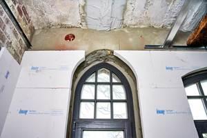 Einfache Verarbeitung auch an kniffeligen Stellen: Die Dämmplatten werden mit dem Cutter oder Fuchsschwanz für jede Wand passgenau zugeschnitten und auf Stoß verklebt