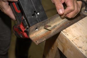 Auch beim Sägen eines 5 mm dicken Stahlprofils blieb die Schnittgeschwindigkeit der Säge konstant