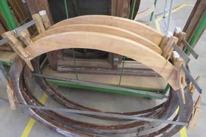 """Feine Tischlerarbeit: Diese Holzstücke sind an den Enden abgeschrägt und mit dem Bestandsholz der<irfontsize style=""""font-size: 9.500000pt;""""> </irfontsize>Ochsenaugenfenster verleimt"""