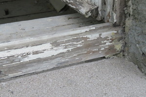 Die Blendrahmen wurden vor Ort thermisch entlackt, überarbeitet und später mit Leinöl-Standölfarbe beschichtet