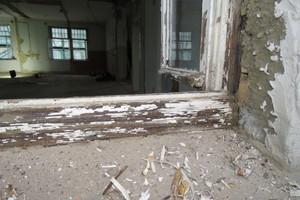 Die Blendrahmen wurden vor Ort thermisch entlackt, überarbeitet und später mit Leinöl-Standölfarbe beschichtet<br />