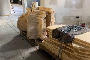 In die vorgefertigten Holzelemente wurden Nummern für die Montage eingraviert