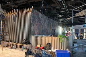 Die Holzlamellen befestigten die Schreiner unter anderem an abgehängten schwarz lackierten Metallprofilen