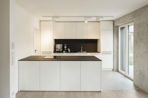 Die 50 cm dicken monolithischen Außenwände sind als Sichtbetonoberfläche auch im Haus zu sehen<br />Fotos (2): Sebastion Schels