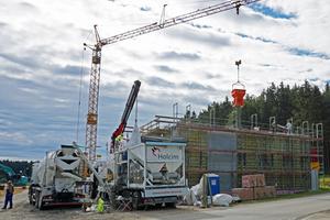 Rechts: Die Mischung des Betons erfolgte vor Ort auf der Baustelle durch das mobile Betonwerk<br />Fotos (2): Holcim