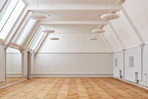 Über Glasoberlichter und Glasdecken fällt Tagesicht in den großen Mehrzweckraum im Mansardengeschoss<br />