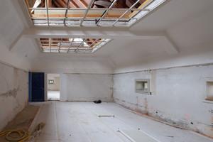Im Mansardengeschoss sind unter anderem auch die Aufenthalts- und Arbeitsbereiche der Lehrer untergebracht. Tageslicht gelangt hier durch kleine Guckfenster, vor allem aber durch Glasoberlichter und Glasdecken in die Räume