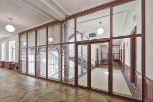 Verglaste Brandabschlüsse zwischen den Korridoren und dem Treppenhaus