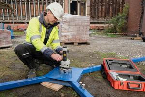 Georg Mende installiert den Laser für die vertikale Zentrierkontrolle auf der Eigenkonstruktion
