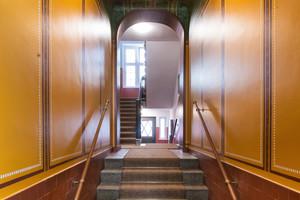Im Zuge der Sanierung erhielten die Treppenhäuser in der Max-Koska-Straße 8 und 11 in Berlin ihre ursprüngliche, historische Farbgestaltung zurück
