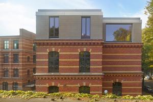 Auf das Kontorgebäude der ehemaligen Celluloidfabrik in Leipzig setzte das Büro Knoche Architekten ein monolithisch wirkendes Wohngeschoss<br />