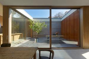 Der Grundriss der großen Wohnung ist um einen quadratischen Patio herum organisiert