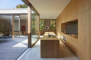 Die Küchenfront und der dazugehörige Küchenblock erscheinen durch die einheitliche Furnierung wie aus einem Guss<br />