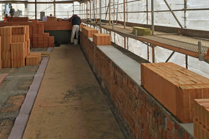Auf die vorhandenen Mauerkronen mauerten die Handwerker die neuen Außenwände aus Ziegeln mit Mineralwollverfüllung auf