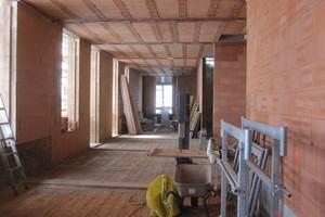 Bei der Aufstockung bestehen Fußboden und Decke sowie Innen- und Außenwände aus Ziegeln