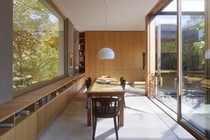 Auch für Schrankelemente und eine den Wohnbereich umschließende Regaleinheit verwendete die Tischlerei Diedrich Eichenfurnier