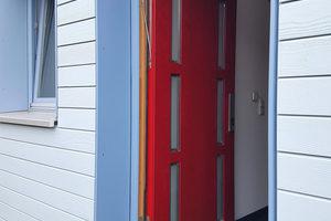 """Das moderne Design der Baubeschläge spielt eine große Rolle bei Haustüren, die in der Tischlerei Holtkamp als """"Visitenkarte des Hauses"""" gelten. Hier kommt das verdeckt liegende """"Masterband FX2"""" für überfälzte Haustüren zum Einsatz"""