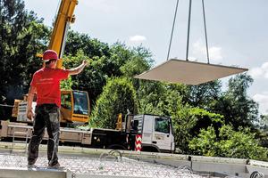 Die Bauteile aus wasserundurchlässigem Beton werden industriell vorgefertigt, just in time angeliefert, montiert und verfüllt.