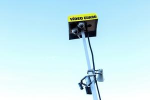 Die drei Kameras am Überwachungsturm verfügen über unterschiedliche Öffnungswinkel. Diese können zielgerichtet alle Vorkommnisse in einem Überwachungsradius von bis zu 5.300 Quadratmetern erfassten.