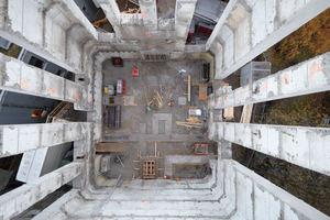 """Blick von oben in den ausgehöhlten und aufgeschnittenen Bunker: Am Ende blieben acht relativ schmale Wandstücke wie sehr hohe, schmale Pfeiler stehen<span class=""""bildnachweis"""">Foto: Sebastian Schröder</span>"""