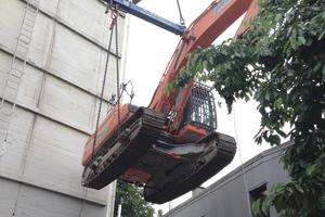 Für den Abriss wurde ein 40t-Bagger von einem 220t-Kran auf das Dach des Bunkers gehoben, um dessen Inneres von oben nach unten abzutragen