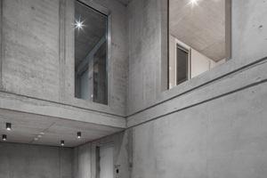 Rechts: Blick ins Treppenhaus im Erd- und ersten Obergeschoss. Bei letzterem handelt es sich um ein Sondergeschoss, das als Gemeinschaftsetage mit einem großen Raum für gemeinschaftliche Veranstaltungen geplant wurde
