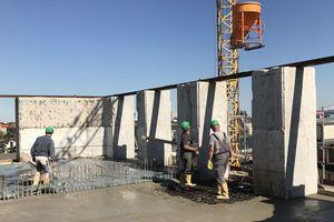 """<span class=""""bildnachweis"""">Links: Die neuen Geschossdecken werden in den Bunker hineinbetoniert</span>"""