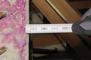 Die Handwerker messen die Karbonatisierungstiefe am Beton, um den erforderlichen Reinigungsgrad zu prüfen