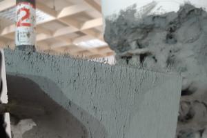 Rechts: Der Reparaturmörtel ist bereits nach zwei Stunden überarbeitbar