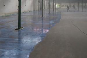 Es wurden Grundierungen auf Acrylatbasis und bei minderfesten oder nicht saugenden Untergründen auf Epoxidharzbasis mit Quarzsandeinstreuung aufgetragen