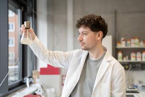 Doktorand Frédéric Lapierre konnte das Bakterienwachstum deutlich verbessern