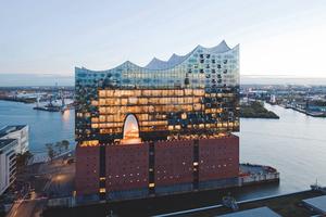 Mit einem Job in der Glasindustrie gibt man internationalen Wahrzeichen, wie der Elbphilharmonie in Hamburg, ein Gesicht.